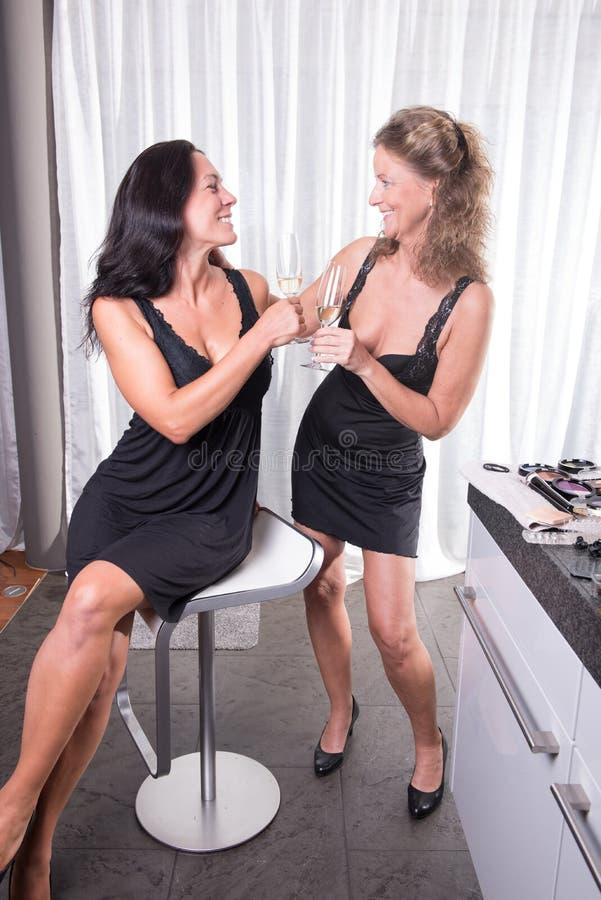 Twee vrouwen die klaar voor de avond worden stock foto's