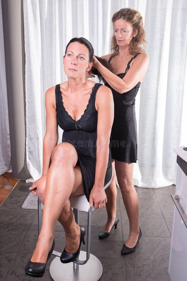 Twee vrouwen die klaar voor de avond worden royalty-vrije stock foto's