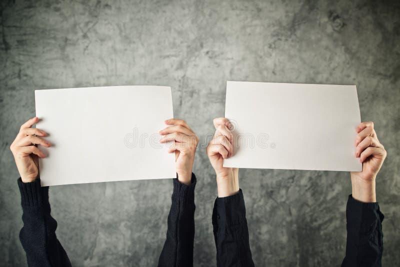 Twee vrouwen die lege document affiches houden royalty-vrije stock fotografie
