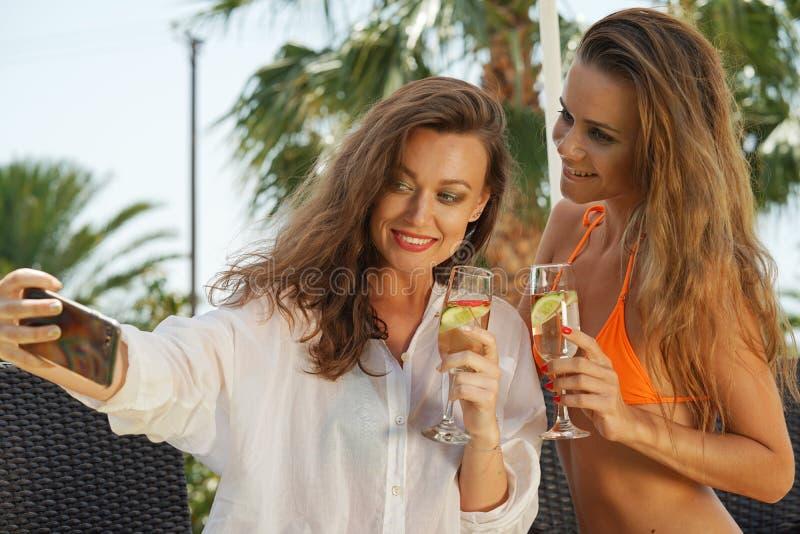 Twee vrouwen die selfie maken royalty-vrije stock afbeeldingen