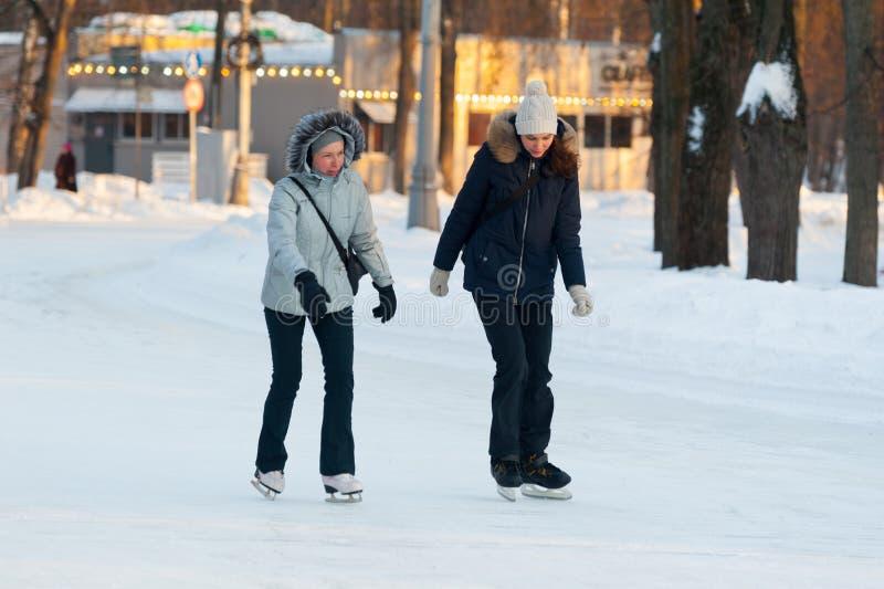 Twee vrouwen die in Sokolniki-Park 23 schaatsen 01 2019 stock afbeeldingen