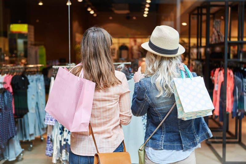 Twee vrouwen die voor boutique winkelen royalty-vrije stock foto's