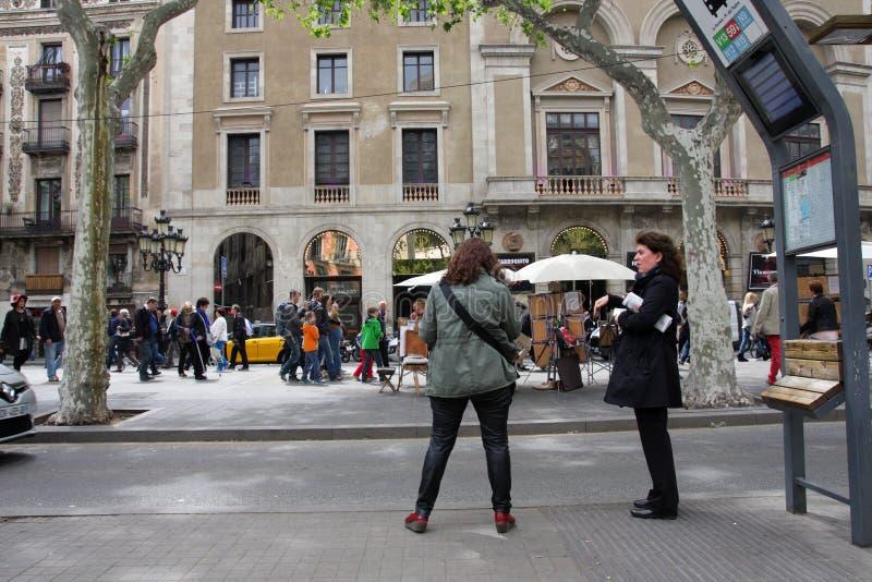 Twee vrouwen die voor de bus in Barcelona wainting royalty-vrije stock fotografie