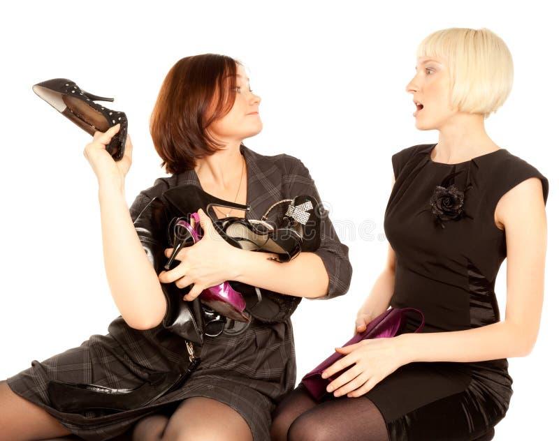Twee vrouwen die voor schoenen vechten stock foto