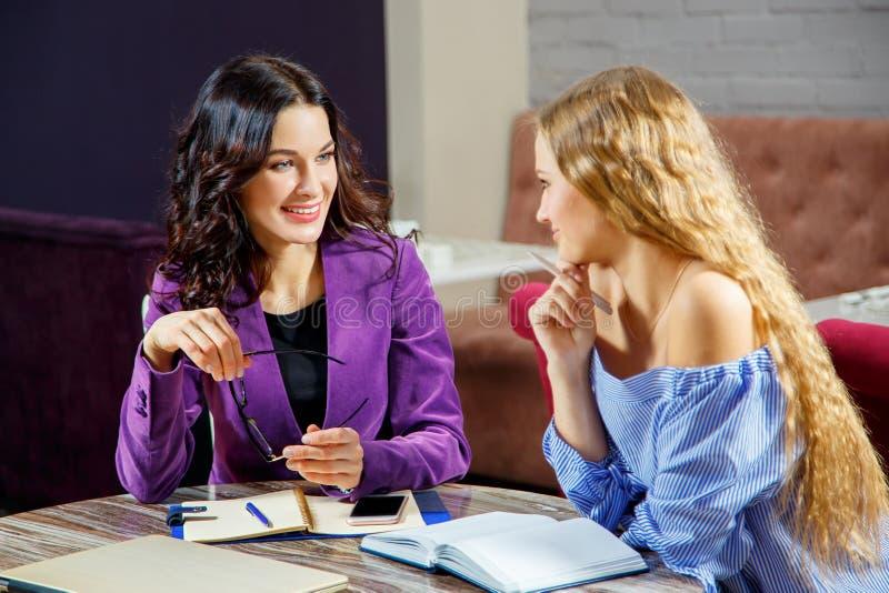 Twee vrouwen in een vergadering stock afbeelding