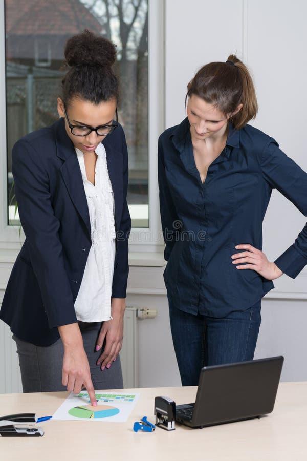 Twee vrouwen in een vergadering royalty-vrije stock foto