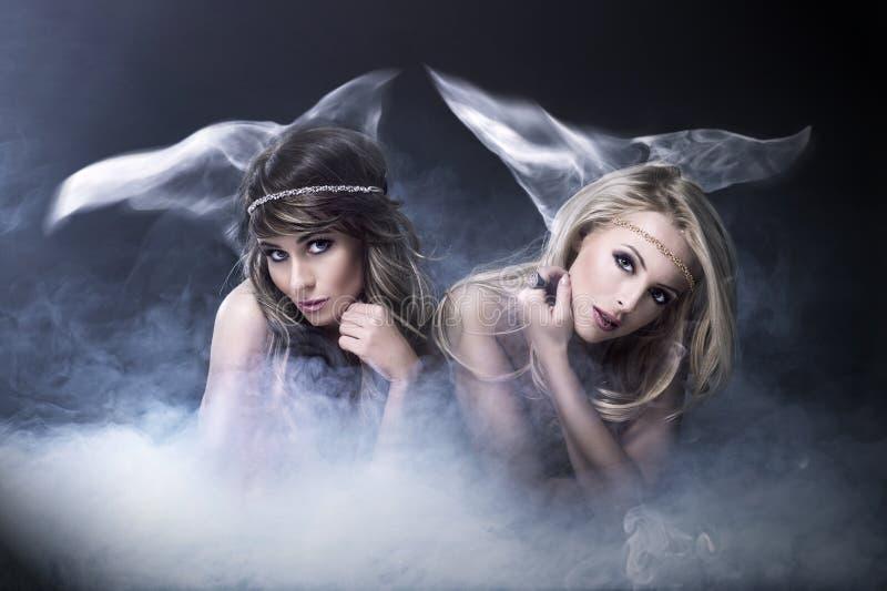 Twee vrouwen houden van sirene stock fotografie