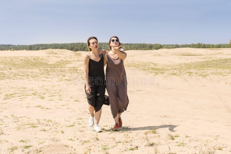 Twee vrouwen maken een luchtkus royalty-vrije stock afbeelding
