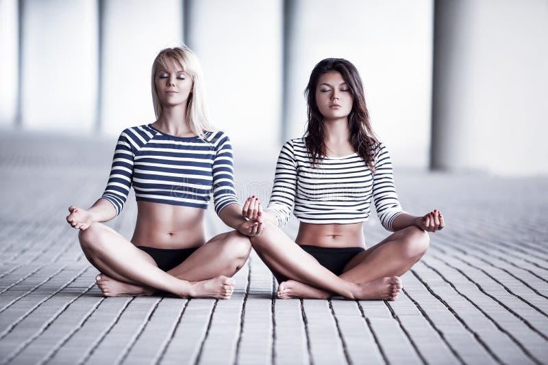 Twee vrouwen mediteren royalty-vrije stock foto's