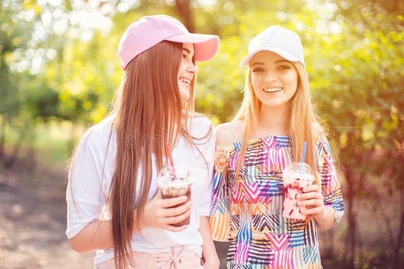 In twee vrouwen met dranken stock fotografie