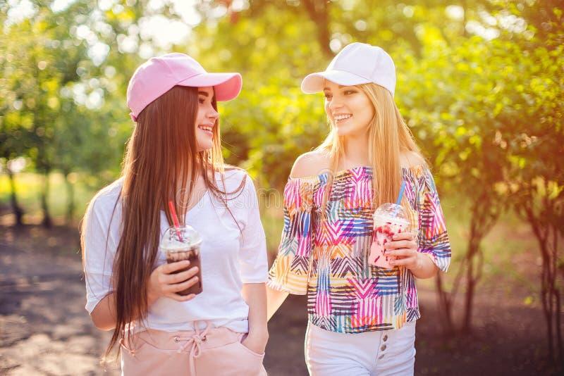 In twee vrouwen met dranken royalty-vrije stock foto
