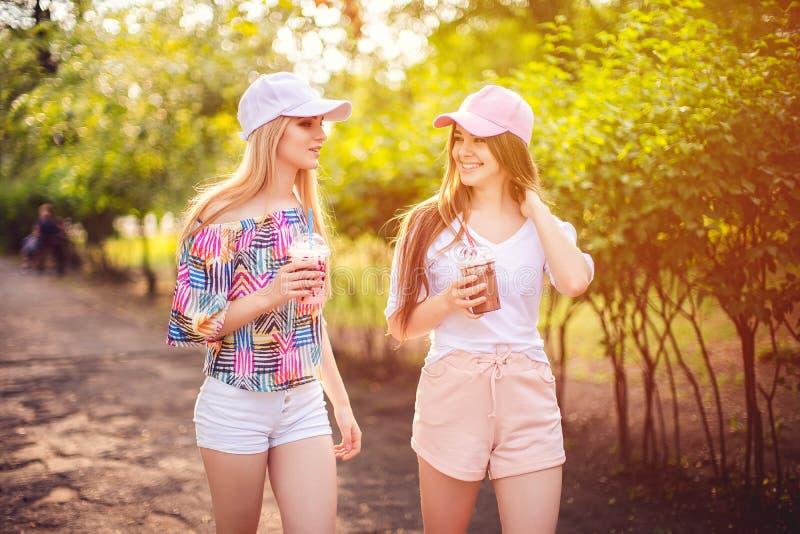 In twee vrouwen met dranken royalty-vrije stock fotografie