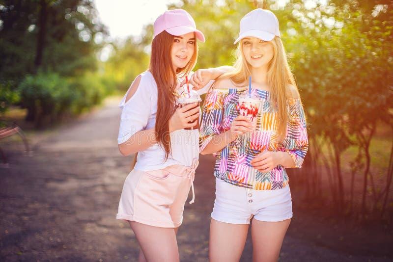 In twee vrouwen met dranken royalty-vrije stock afbeeldingen