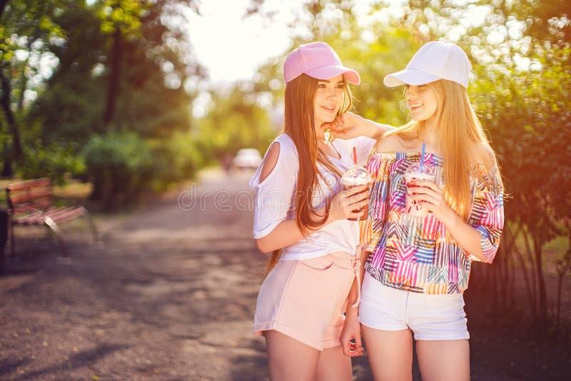 In twee vrouwen met dranken stock afbeelding