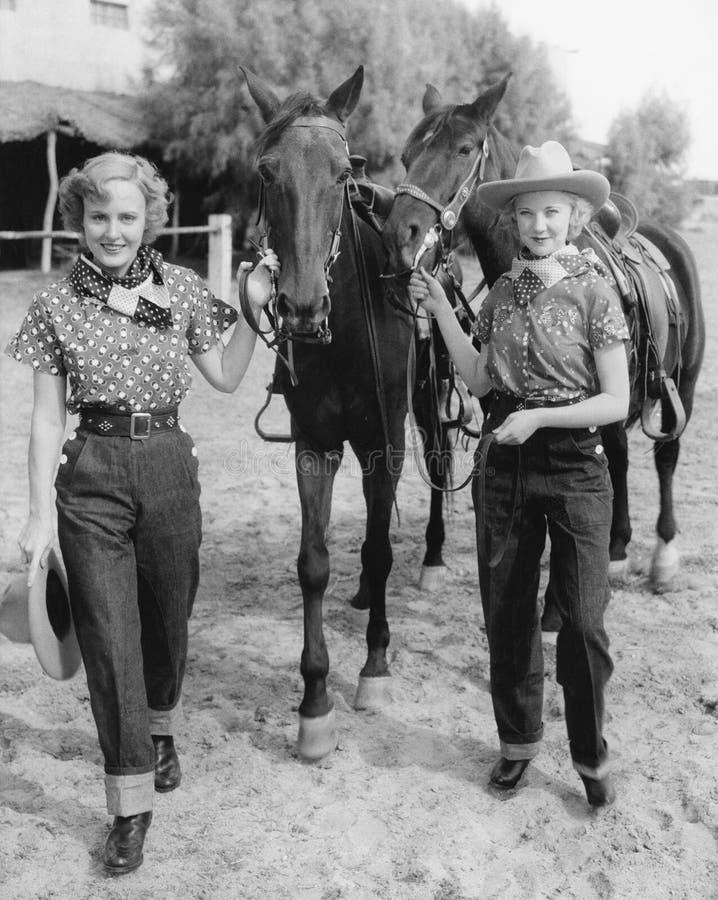 Twee vrouwen met hun paarden (Alle afgeschilderde personen leven niet langer en geen landgoed bestaat Leveranciersgaranties die d stock afbeelding