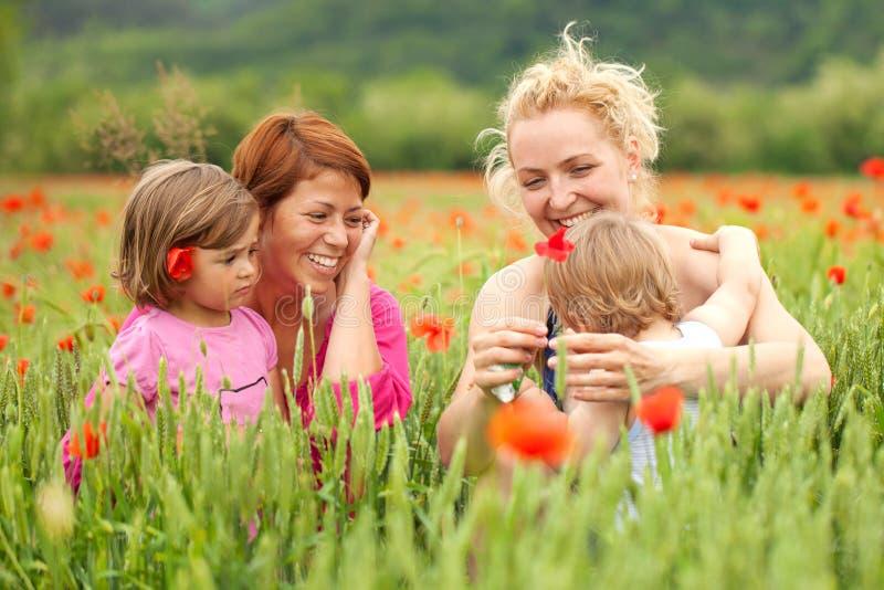 Twee vrouwen met kinderen royalty-vrije stock afbeeldingen