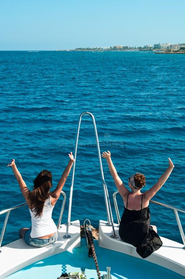 Twee vrouwen op achtersteven van jacht royalty-vrije stock foto