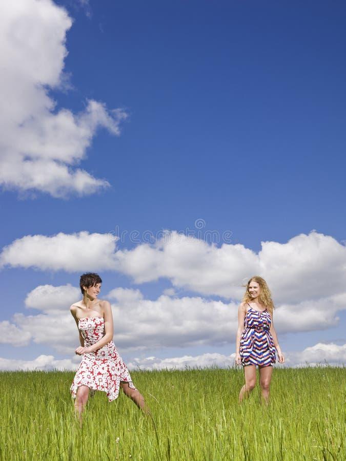 Twee vrouwen op een gebied stock afbeeldingen