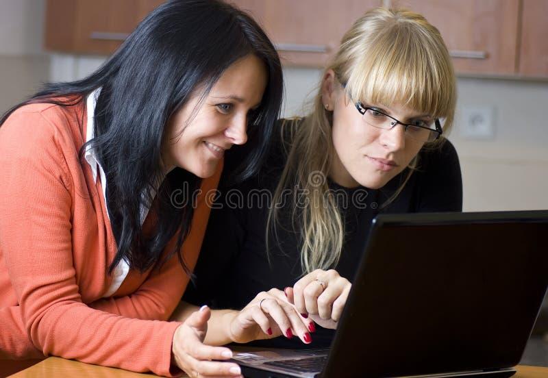 Twee vrouwen op laptop royalty-vrije stock afbeeldingen