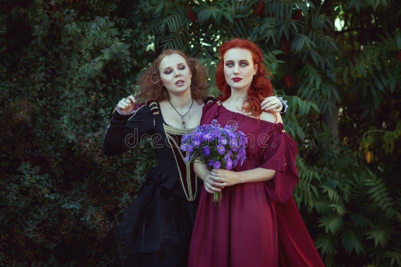 Twee vrouwen toveren stock afbeeldingen