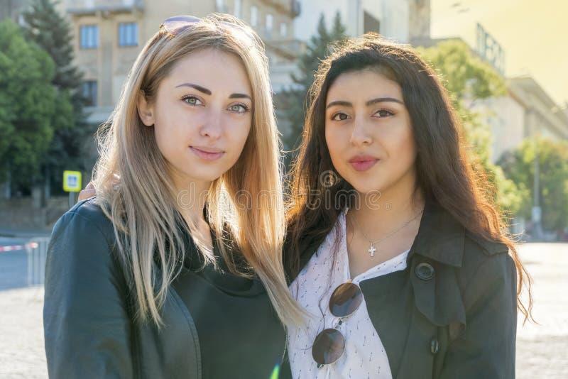 Twee vrouwen van verschillende nationaliteiten royalty-vrije stock afbeelding