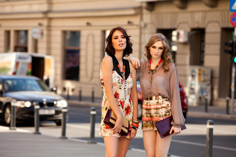 Twee vrouwen vormen straat stock afbeeldingen