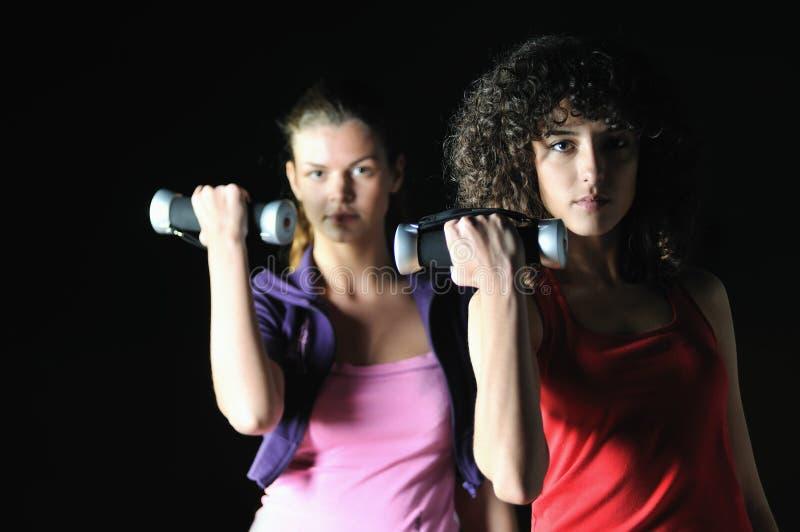Twee vrouwen werken in geschiktheidsclub uit royalty-vrije stock foto