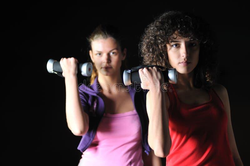Twee vrouwen werken in geschiktheidsclub uit royalty-vrije stock afbeelding
