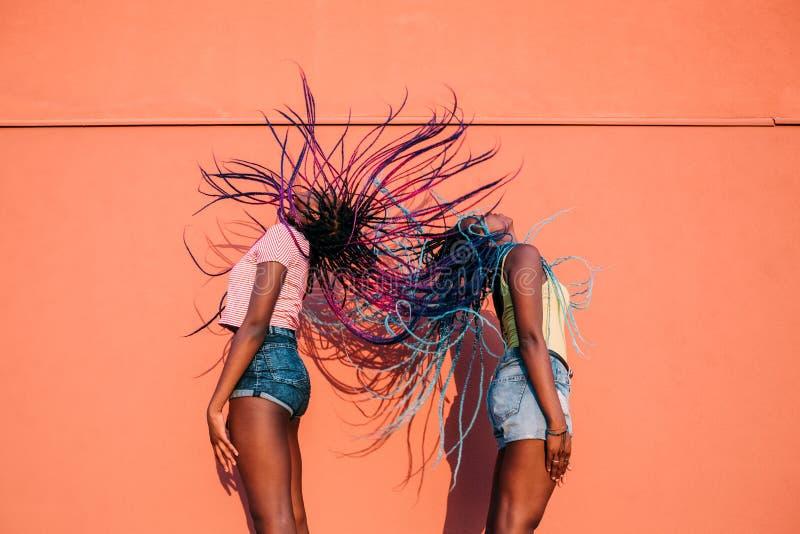 Twee vrouwen zusters dansen op haar in de openlucht royalty-vrije stock foto