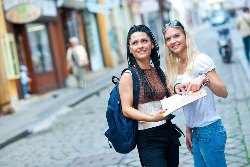 Twee vrouwentoeristen in de stad royalty-vrije stock afbeeldingen