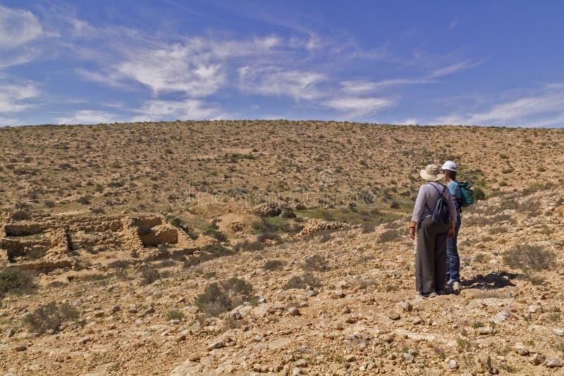 Twee vrouwentoeristen die aan de Verloren Stadsruïnes letten op, Israël royalty-vrije stock foto's