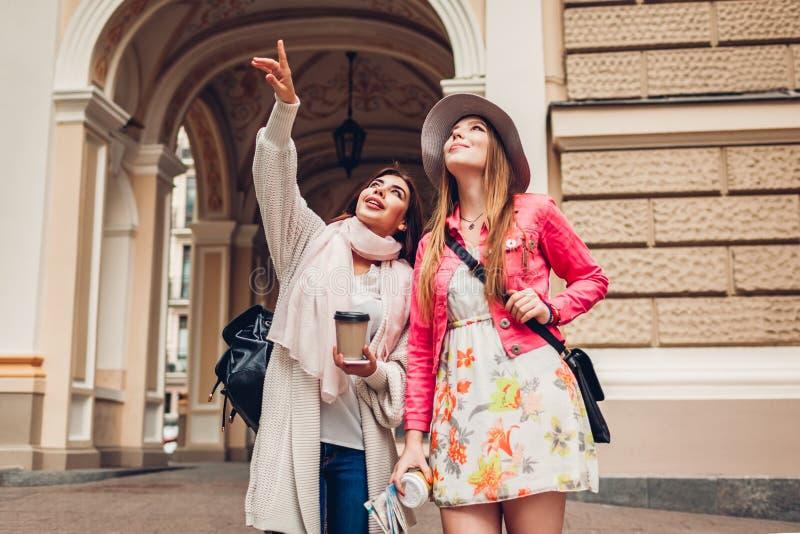 Twee vrouwentoeristen die terwijl gaand sightseeing in Odessa spreken Gelukkige vriendenreizigers die benadrukken stock afbeelding