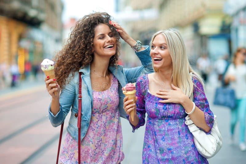 Twee vrouwenvrienden stock fotografie