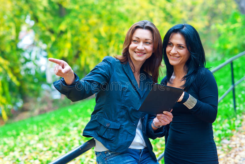 Twee vrouwenvrienden buiten stock foto's