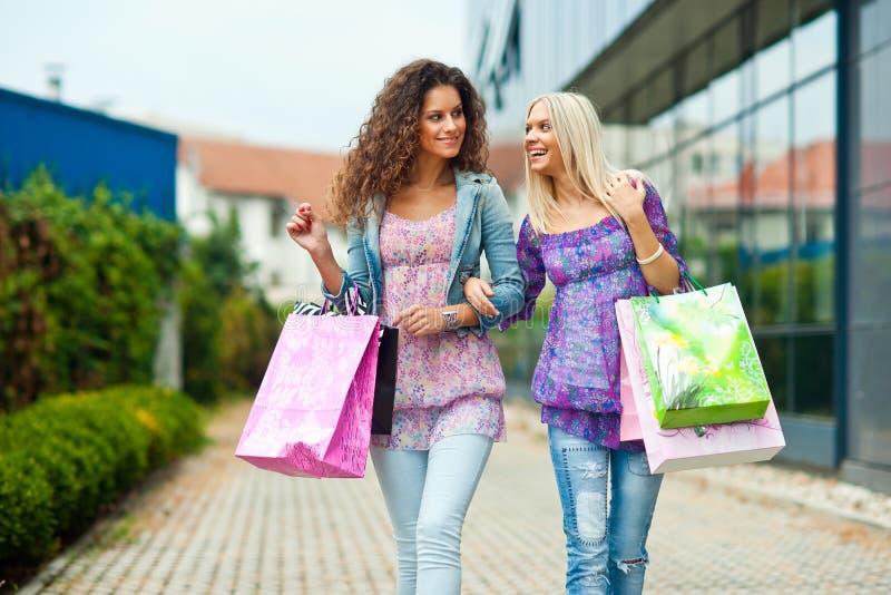 Twee vrouwenvrienden het winkelen royalty-vrije stock foto's