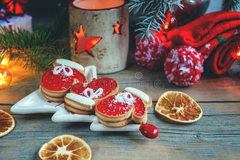 Twee vuisthandschoenen en marmelade van het pasteideeg met zwarte koffie op een comfortabele Kerstmislijst sluit sneeuw royalty-vrije stock afbeeldingen
