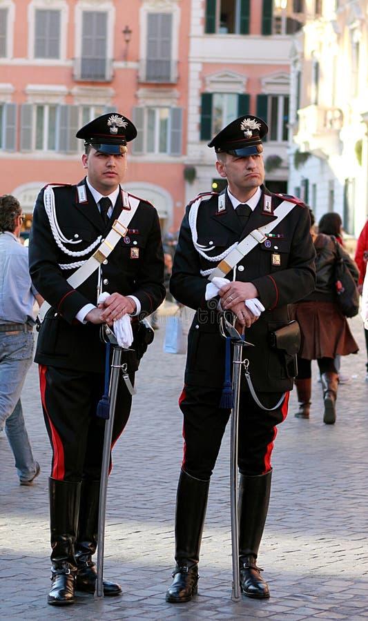 Twee wachtencarabinieri op de straat dichtbij beroemde Spaanse Stappen in Rome stock fotografie