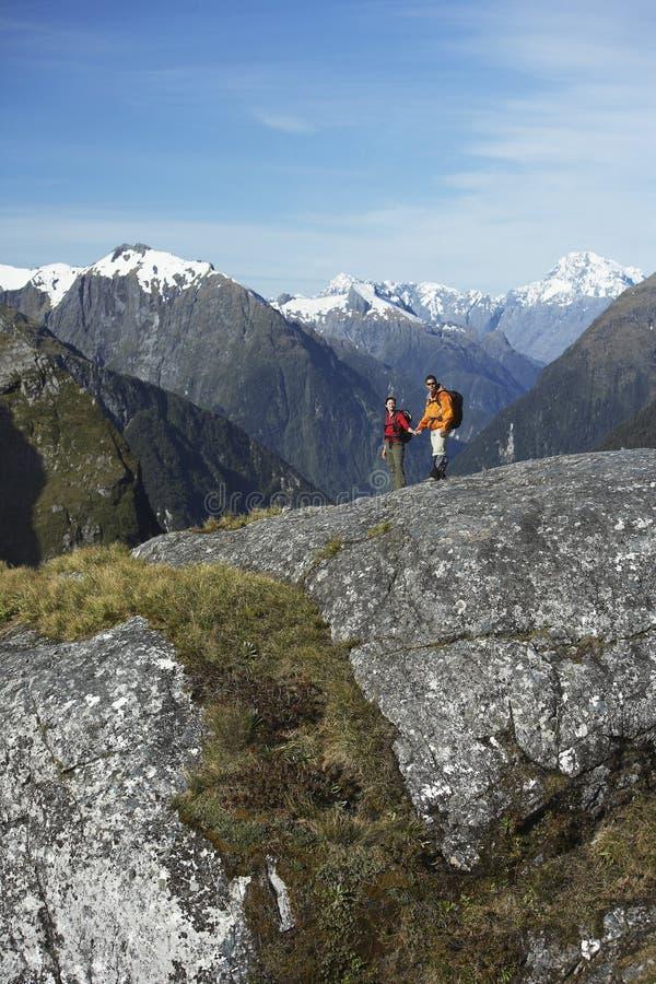 Twee Wandelaars in Bergen stock afbeelding