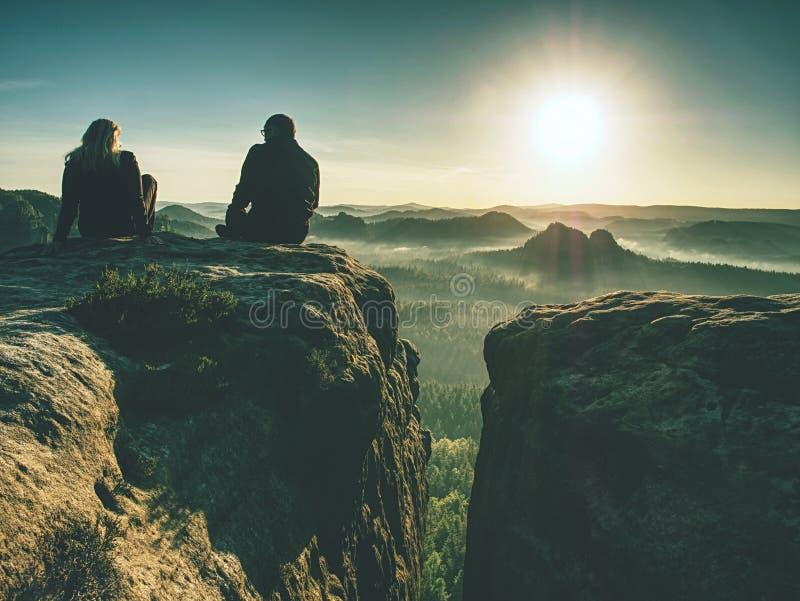 Twee wandelaars die beelden en bespreking bovenop berg nemen Twee fotografen vector illustratie