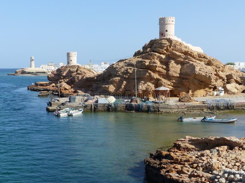 Twee watchtowers en een vuurtoren, Sur, Oman stock fotografie