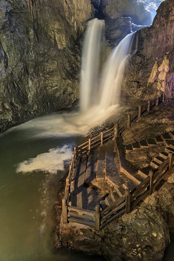 Twee watervallen in het toneelgebied van Jiuxiang in Yunnan in China Het de holengebied van Theejiuxiang is dichtbij het Steenbos royalty-vrije stock fotografie
