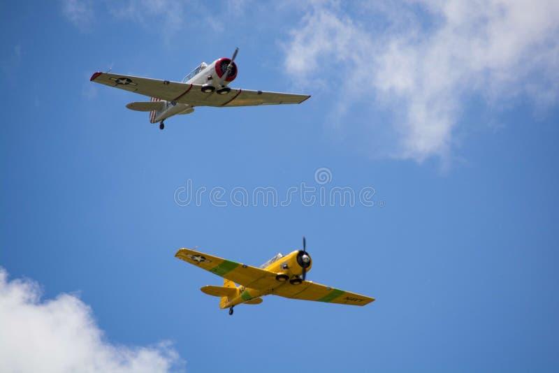 Twee wereldoorlogvliegtuigen op de hemel stock foto's
