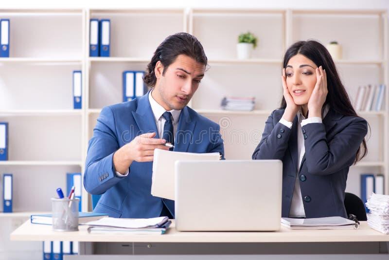 Twee werknemers die in het bureau werken royalty-vrije stock foto's