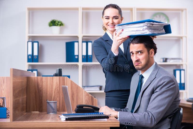 Twee werknemers die in het bureau werken stock foto
