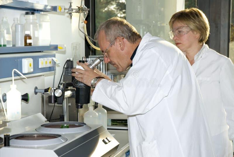 Twee wetenschapstechnici royalty-vrije stock foto