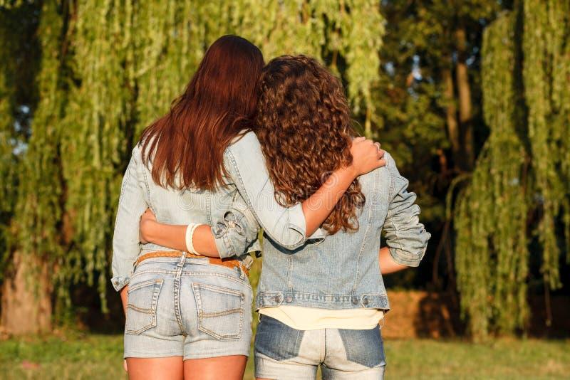 Twee wijfjes in jeanswear royalty-vrije stock foto's