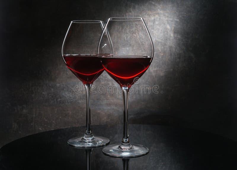 Twee wijnglas op dark royalty-vrije stock afbeelding