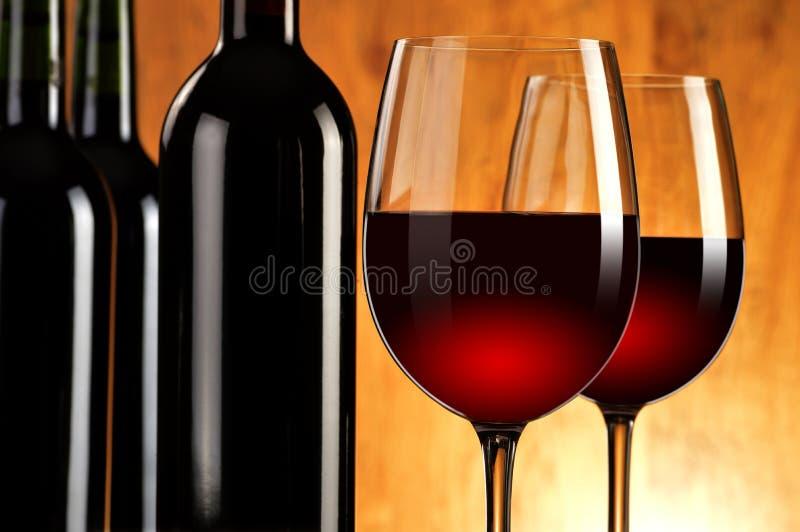 Twee wijnglazen en flessen rode wijn royalty-vrije stock afbeeldingen