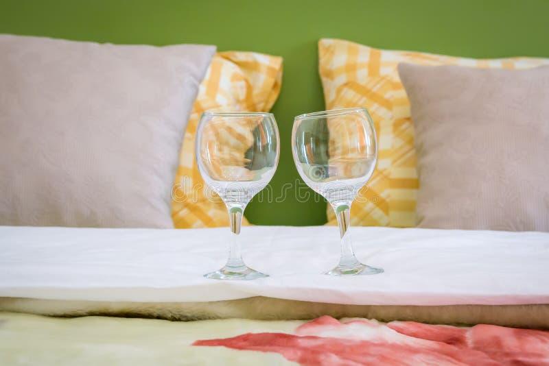 Twee wijnglazen op het bed royalty-vrije stock afbeeldingen