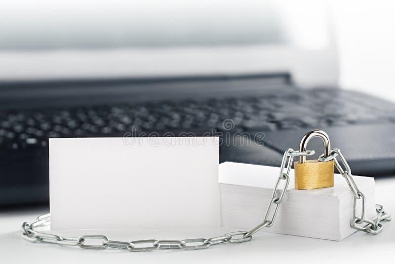 Twee witte adreskaartjes op PC-achtergrond, slot, ketting Bescherming van zaken en financiën Bescherming van persoonlijke informa stock fotografie